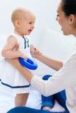 Bébé et sa mère jouant à la maison Images libres de droits