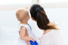 Bébé et sa mère jouant à la maison Photo stock
