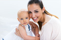 Bébé et sa mère jouant à la maison Image stock