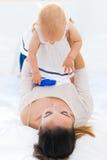 Bébé et sa mère jouant à la maison Photo libre de droits
