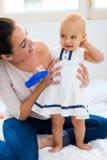 Bébé et sa mère jouant à la maison Image libre de droits