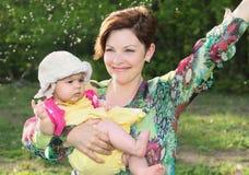 Bébé et sa mère pendant l'été Image libre de droits