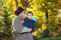 Bébé et sa mère pendant la chute Image stock