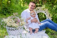 Bébé et son de père portrait dehors Photographie stock libre de droits