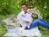Bébé et son de père portrait dehors Photos libres de droits