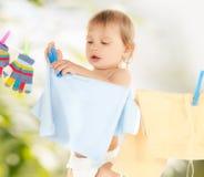 Bébé faisant la blanchisserie photo stock