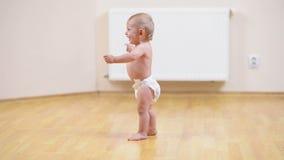 Bébé faisant ses premières étapes banque de vidéos