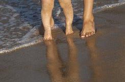 Bébé faisant ses premières étapes sur la plage Images libres de droits