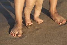 Bébé faisant ses premières étapes sur la plage Image libre de droits