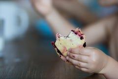 Bébé franc prenant le petit déjeuner à la maison dans le jour d'été Image libre de droits