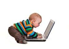Bébé garçon à l'aide de l'ordinateur portable photo libre de droits