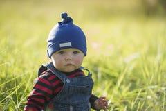 Bébé garçon à la lumière du soleil d'automne image stock