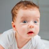 Bébé garçon à la maison Image stock