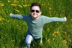 Bébé garçon élégant avec les cheveux foncés dans le polo-cou rayé et dans le tre Photos stock