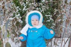 Bébé garçon étonné avec une neige à un jardin d'hiver Photo libre de droits