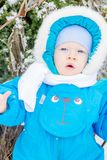 Bébé garçon étonné avec une neige à un jardin d'hiver Photos libres de droits
