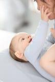 Bébé garçon affectueux et sa mère Photos libres de droits