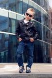 Bébé garçon 7 - 8 ans dans des lunettes de soleil Image stock
