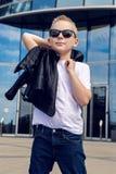 Bébé garçon 7 - 8 ans dans des lunettes de soleil Photographie stock libre de droits