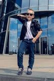 Bébé garçon 7 - 8 ans dans des lunettes de soleil Images stock