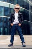 Bébé garçon 7 - 8 ans dans des lunettes de soleil Images libres de droits