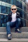 Bébé garçon 7 - 8 ans dans des lunettes de soleil Image libre de droits
