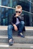 Bébé garçon 7 - 8 ans dans des lunettes de soleil Photo stock