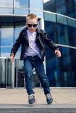Bébé garçon 7 - 8 ans dans une danse noire de veste en cuir Photos stock