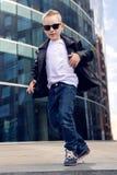 Bébé garçon 7 - 8 ans dans une danse noire de veste en cuir Photo libre de droits