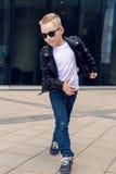 Bébé garçon 7 - 8 ans dans une danse noire de veste en cuir Photographie stock libre de droits