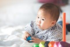 Bébé garçon asiatique jouant sur le lit images libres de droits