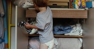 Bébé garçon au cabinet banque de vidéos