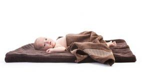 Bébé garçon au-dessus de couverture brune Images libres de droits