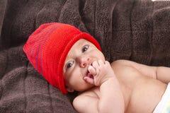 Bébé garçon au-dessus de couverture brune Image stock