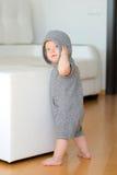 Bébé garçon avec des yeux bleus utilisant le hoodie Images libres de droits