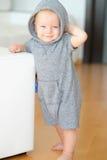 Bébé garçon avec des yeux bleus utilisant le hoodie Photos stock