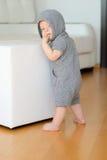 Bébé garçon avec des yeux bleus utilisant le hoodie Image libre de droits