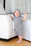 Bébé garçon avec des yeux bleus utilisant le hoodie Photo libre de droits