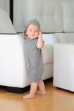 Bébé garçon avec des yeux bleus utilisant le hoodie Images stock