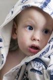 Bébé garçon avec du charme dans un peignoir Photographie stock