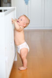 Bébé garçon avec l'étude pour marcher images stock