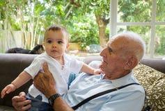 Bébé garçon avec l'arrière-grand-père Image libre de droits