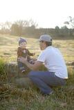 Bébé garçon avec la calotte un jour rougeoyant d'automne images stock