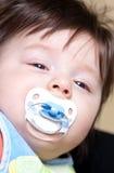 Bébé garçon avec la tétine image libre de droits