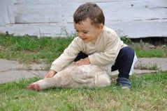 Bébé garçon avec le poulet photos libres de droits