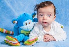Bébé garçon avec le singe Image libre de droits
