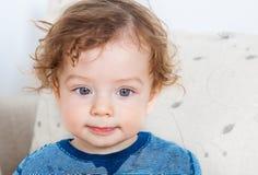 Bébé garçon avec les cheveux bouclés Image stock