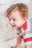 Bébé garçon avec les cheveux bouclés Photo stock