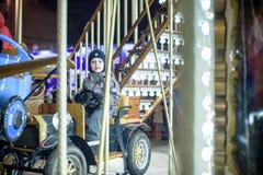 Bébé garçon ayant l'amusement dans un carrousel Images stock