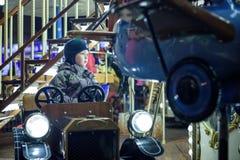 Bébé garçon ayant l'amusement dans un carrousel Photographie stock libre de droits